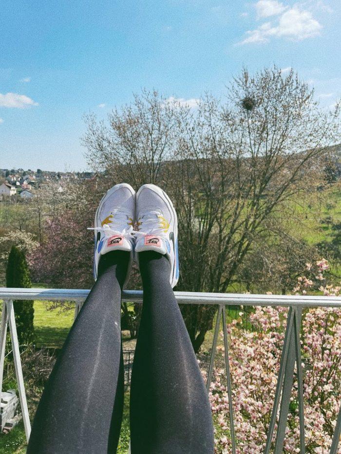 Frühling auf dem Balkon mit Sneakers